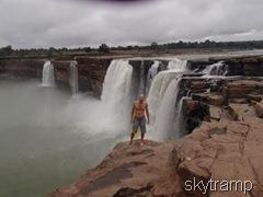 Игорь у водопада
