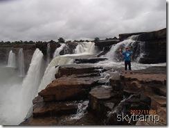 Дима у водопада