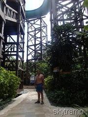 под башней аквапарка